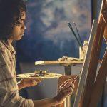 Photo montrant une artiste peindre