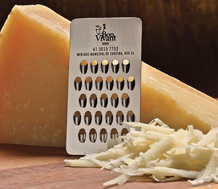 Carte de visite servant également de râpe à fromage